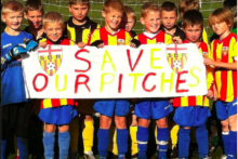 Thousands of boys and girls did not play football this weekend, protesting at the rise in the cost of using football pitches.