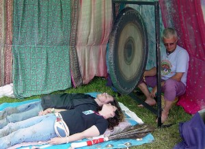 Two people relax by listening to the gong ©Matt Murf