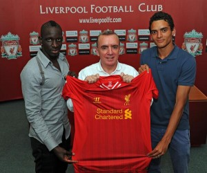 Liverpool Managing Director Ian Ayre (centre) with new signings Mamadou Sakho (left) and Tiago Ilori (right) © Liverpool FC