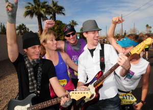 A band and competitors at the Rock 'n' Roll marathon ©Rock 'n' Roll marathon series
