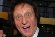 Comedy legend Ken Dodd visited a Mossley Hill pub to present a children's cancer charity with a cheque.