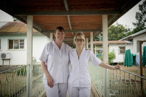 Midwives Delia Jepson (left) and Cheryl Stanley (right) at Kiombi hospital © WaterAid